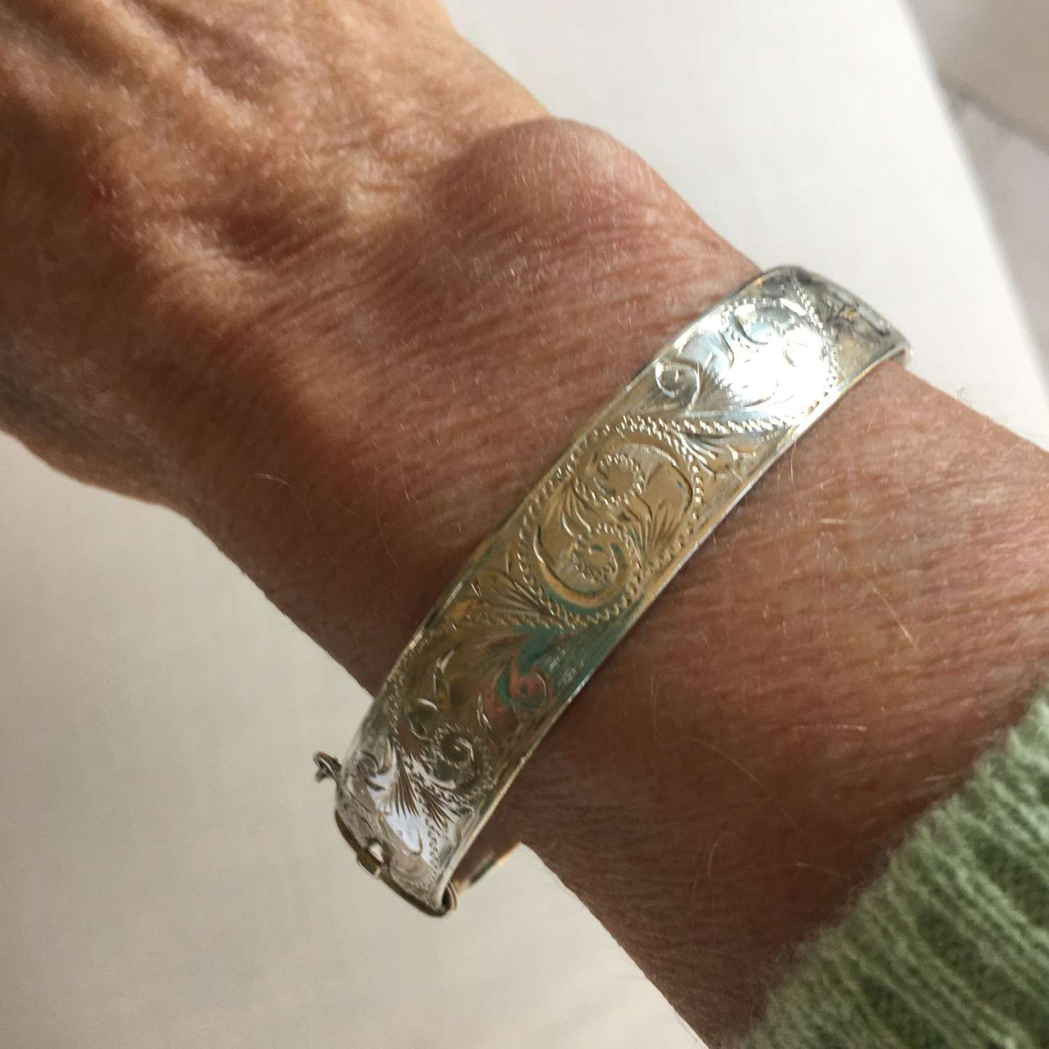 Vintage 1960s hallmarked solid silver bangle with engraved pattern