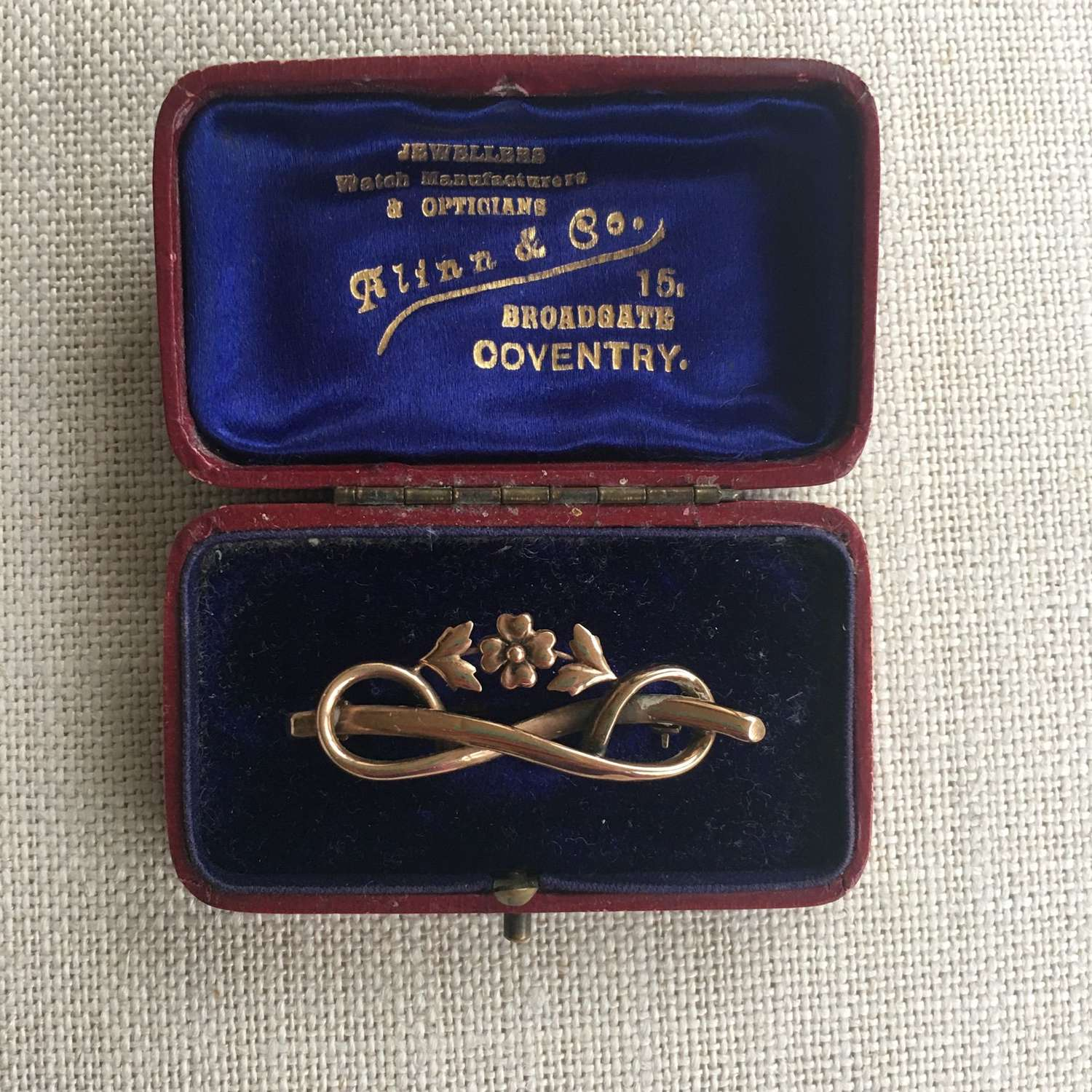 Victorian 9ct gold brooch with flowers and scrolls